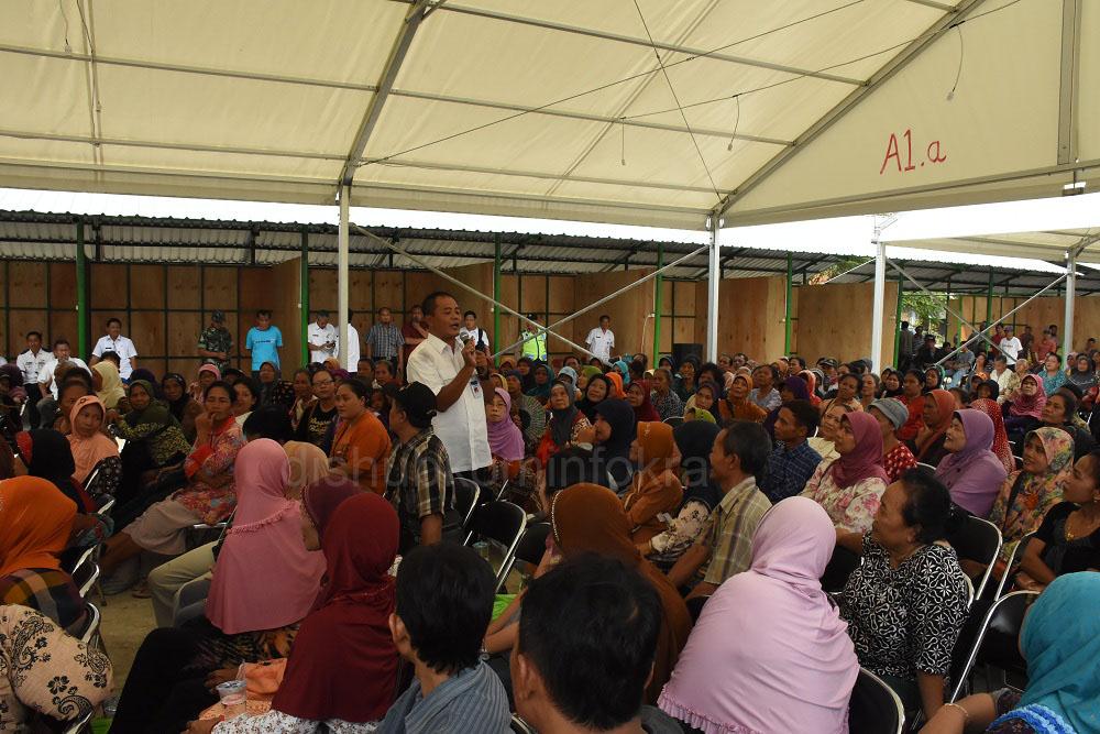 Bupati Karanganyar, Juliyatmono, saat memberikan pengarahan di tengah pedagang pasar Nglano, Rabu (13/07) di lokasi pasar darurat, Lapangan Desa Ngijo Tasikmadu