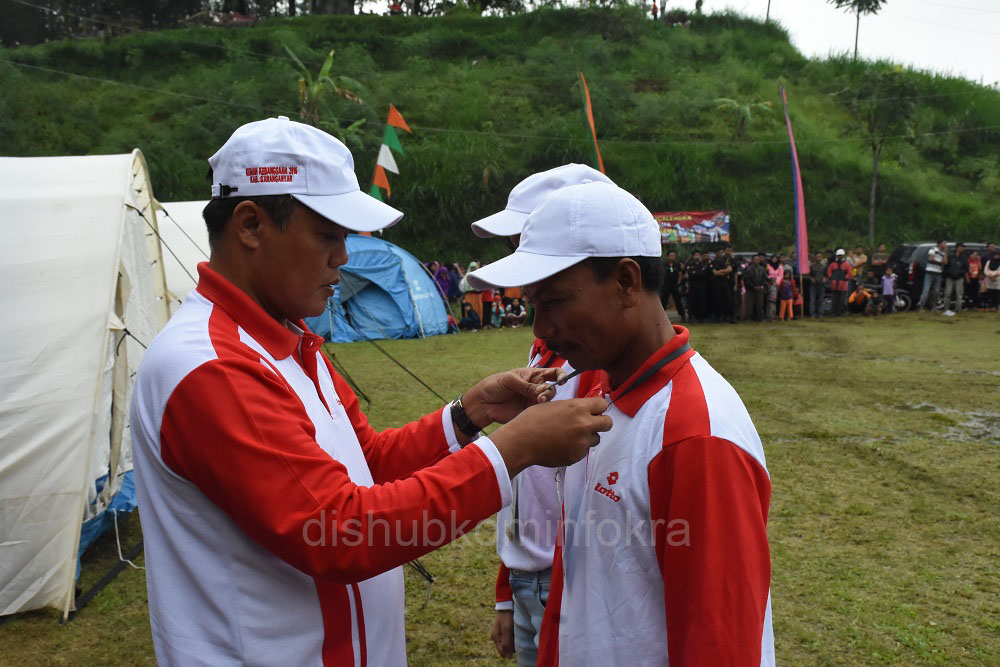 Bupati Karanganyar, Juliyatmono mengalungkan tanda peserta Kemah Kebangsaan tahun 2016, Rabu (20/07) di Lapangan Desa Beruk, Kecamatan Jatiyoso.