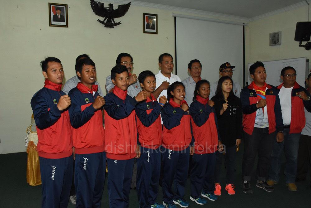 Bupati Karanganyar, Juliyatmono melepas atlet dari Kabupaten Karanganyar yang memperkuat Kontingen Provinsi Jawa Tengah, untuk mengikuti Pekan Olahraga Nasional (PON) di Jawa Barat, Sabtu (10/09), di Rumah Dinas Bupati Karanganyar.