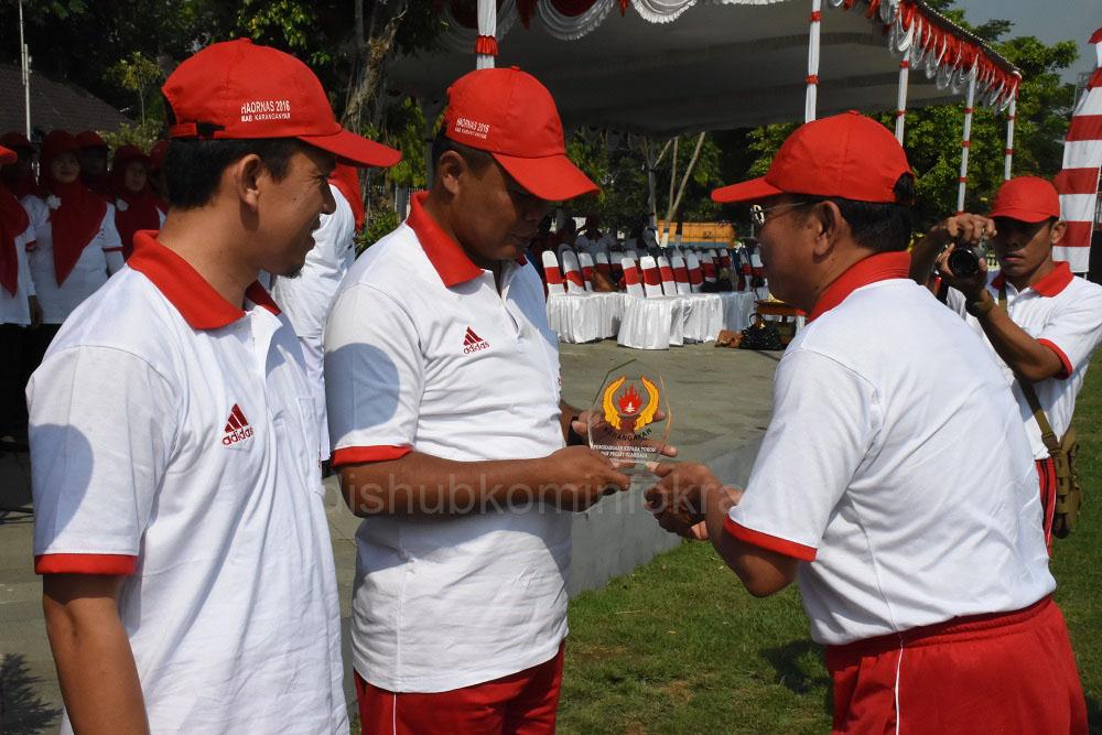 Bupati Karanganyar, Juliyatmono saat menerima penghargaan dari KONI Jawa Tengah, yang diserahkan Ketua KONI Kabupaten Karanganyar, Suprapto, Jumat (16/09) di Alun-alun Kabupaten Karanganyar.