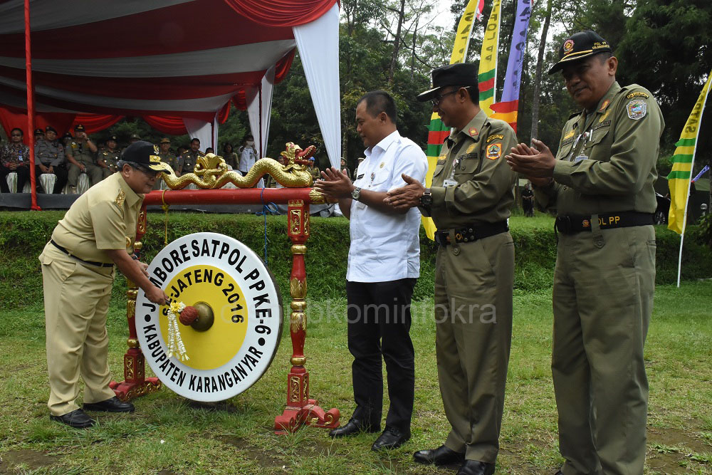 Wakil Gubernur Jawa Tengah, Heru Sudjatmoko, saat pemukulan gong pada pembukaan Jambore ke 6 Satpol PP Tingkat Provinsi Jawa Tengah.