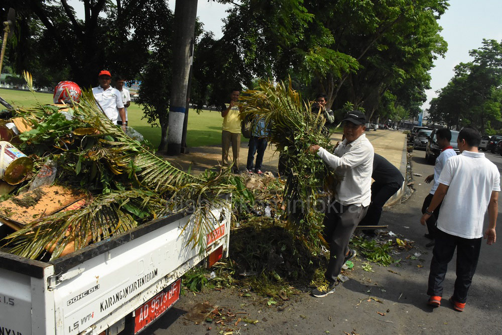Bupati Karanganyar, Juliyatmono tampak mengangkat sampah dari kerja bakti sebagai rangkaian acara Hari Jadi Kabupaten Karanganyar ke 99 tahun, Senin (31/10)