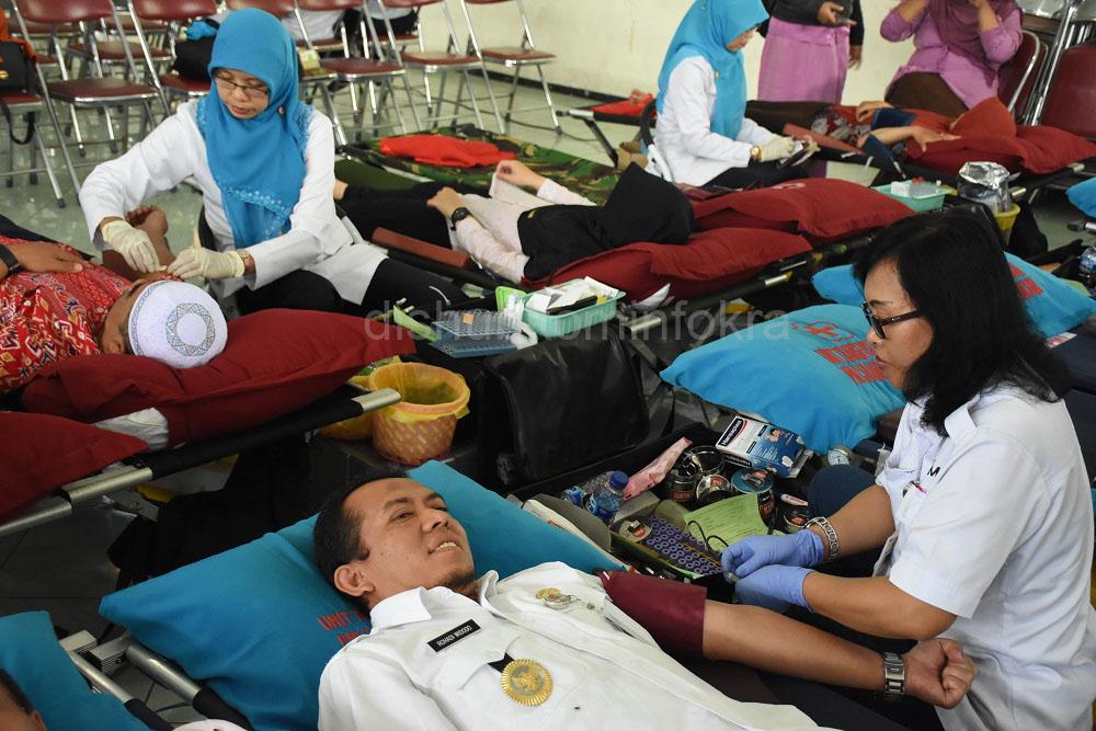 Wakil Bupati Karanganyar, Rohadi Widdo juga ikut sebagai pendonor darah.