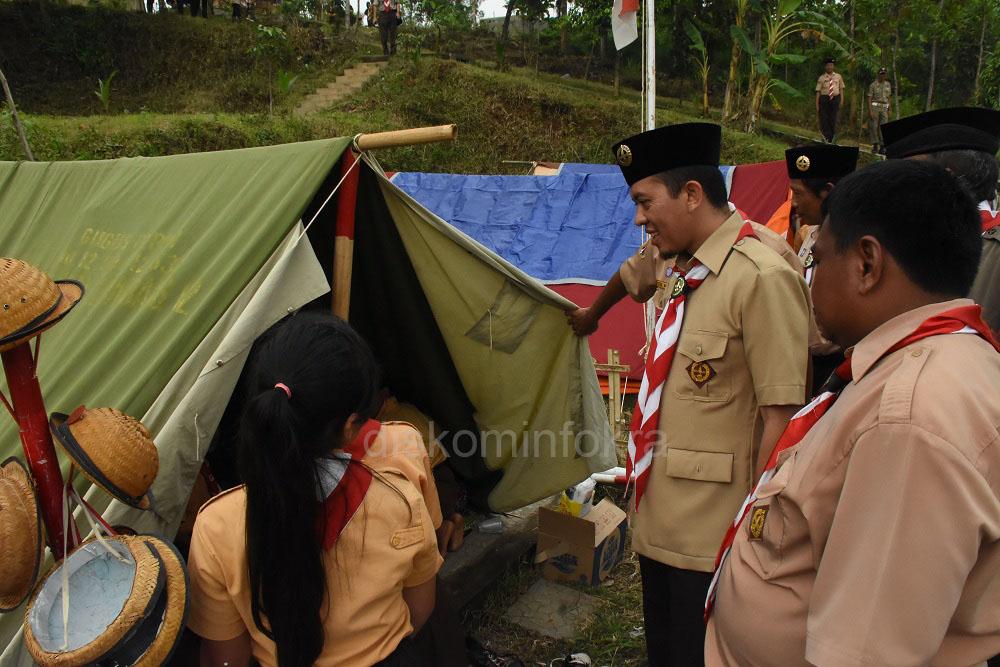 Wakil Bupati Karanganyar, Rohadi Widodo saat berbincang dengan pramuka penggalang di Bumi Perkemahan Cakra Pahlawasri