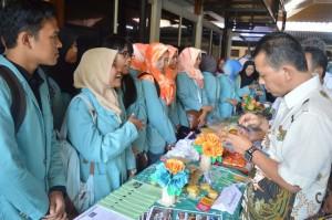 Wakil Bupati Karanganyar, Rohadi Widodo saat melihat pameran dan mencoba makanan hasil kegiatan KKN Mahasiswa UNS, Kamis (23/02/2017)