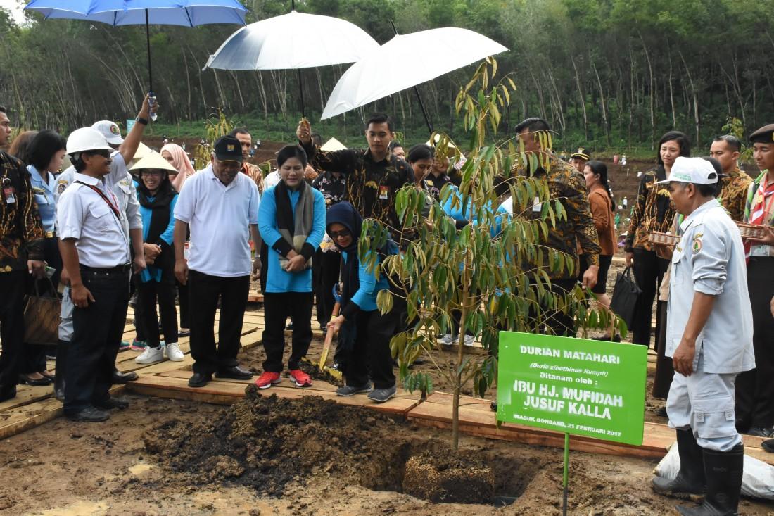 Ibu Negara Ajak Warga Tanam Pohon di Kawasan Hijau Waduk Gondang