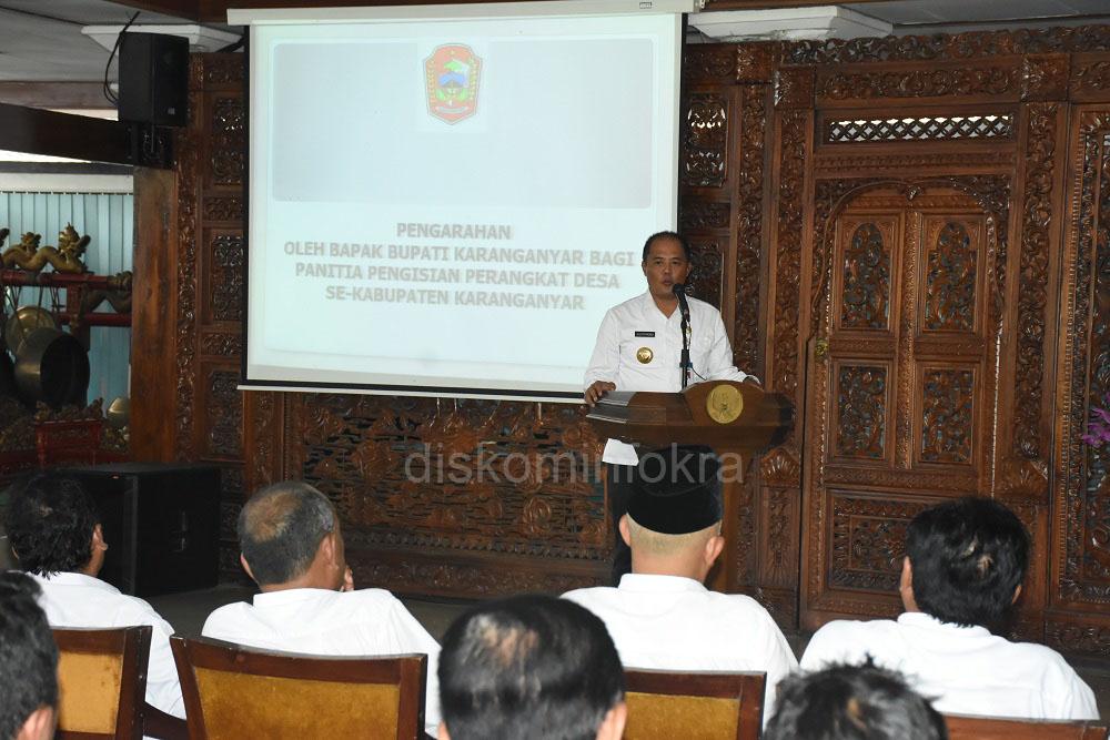 Bupati Karanganyar, Juliyatmono, saat memberikan pengarahan tentang pengisian perangkat desa, Rabu (22/02) di Pendopo Rumah Dinas Bupati Karanganyar.
