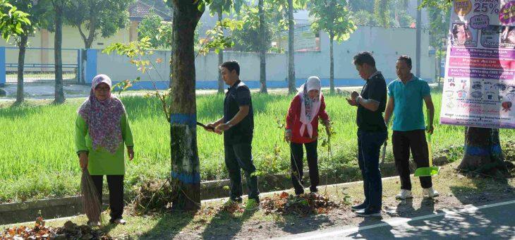 OPD Di Karanganyar Bersih-Bersih Jalan dan Lingkungan