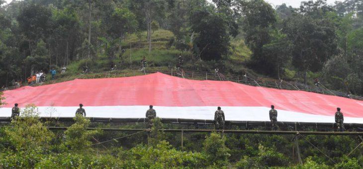 Perkuat Persatuan dan Kesatuan, Warga Kemuning Dan Pemkab Karanganyar Kibarkan Bendera Raksasa