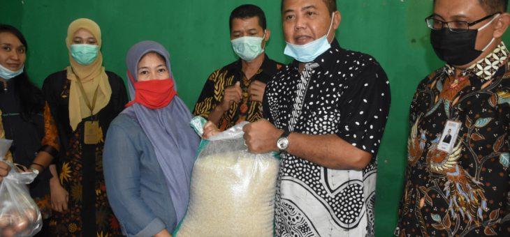 17.000 Warga Karanganyar Yang Sudah Terverifikasi Terima Kartu Keluarga Sejahtera Program Sembako Covid-19