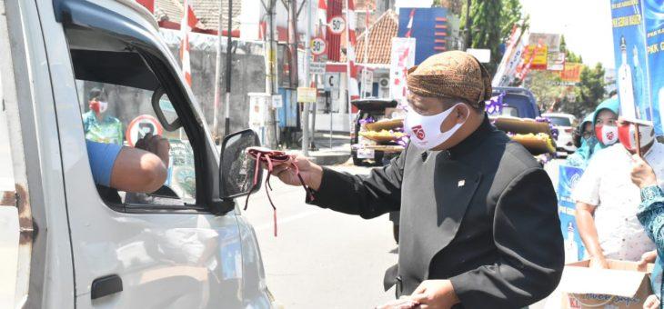 Bupati Karanganyar dan Ketua PKK Bagikan 1000 an Masker di Depan Rumah Dinas Bupati