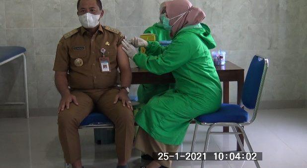 Bupati Karanganyar Disuntik Vaksin Pertama Kali